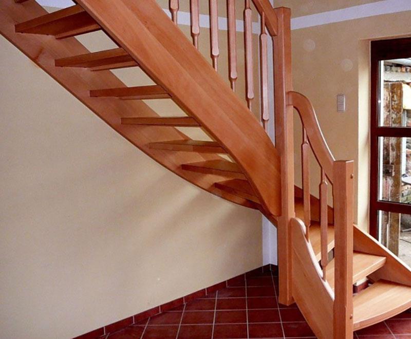 лестница внутри деревянного дома